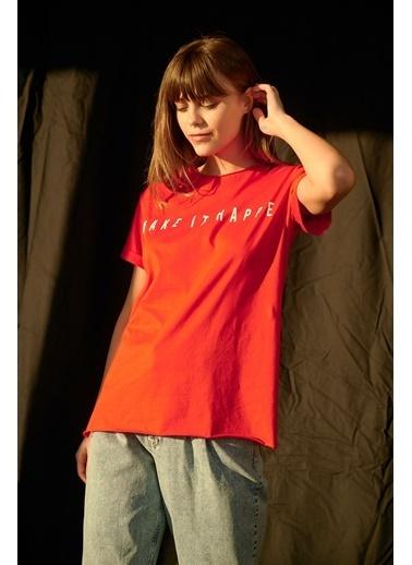 Levure Önü Baskılı Yanları Yırtmaçlı T-Shirt Kırmızı